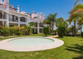 columbus-hills-sierra-blanca-marbella-costa-del-sol-luxe-appartementen-te-koop-vijver-1170x760